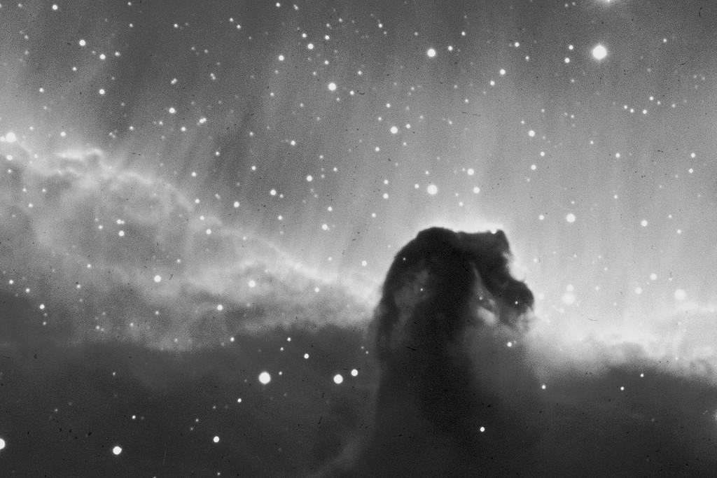 Hevosenpääsumu, IC434. Kuvattu Härkämäellä 12. - 13.2.2015. Valotus 4 x 20 min. H-alfa suodin. Kuva © Warkauden Kassiopeia.
