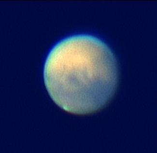 """Mars Härkämäellä Markku Nissisen ja Veli-Pekka Hentusen kuvaamana 6.10.2005 klo 2:57. 12"""" LX200GPS + Philips ToUCam Pro II web-kamera ja UV/IR Cut suodatin. CM 74. Pohjoinen ylhäällä, itä vasemmalla. Video on käsitelty Registax-ohjelmalla. Keskellä Marsia näkyy Solis Lacus. Eteläinen napalakki näkyy kirkkaana pisteenä. Kuva © Kuvaajat ja Warkauden Kassiopeia."""