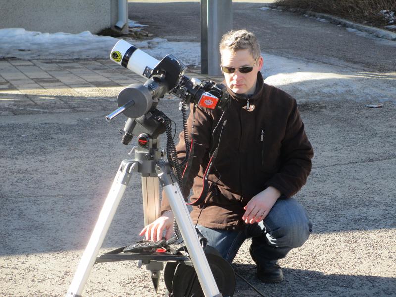 Esa Heikkinen and Lunt solar telescope. Image: Jorma Honkanen