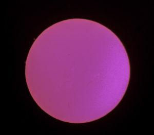 Auringonpurkauksia h-alfa-aallonpituudella Kuva: Esa ja Anni Heikkinen